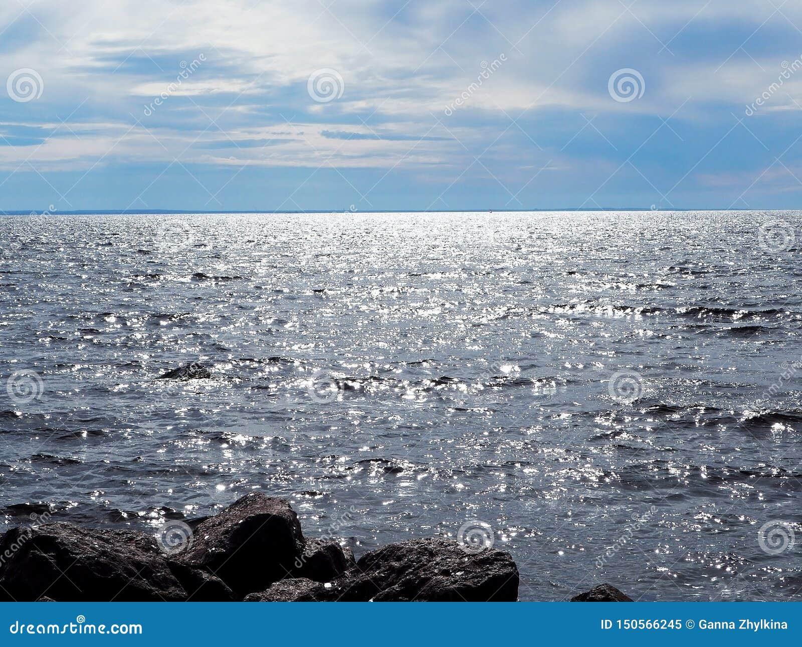 Niebieskie niebo z chmurami i wodą morze