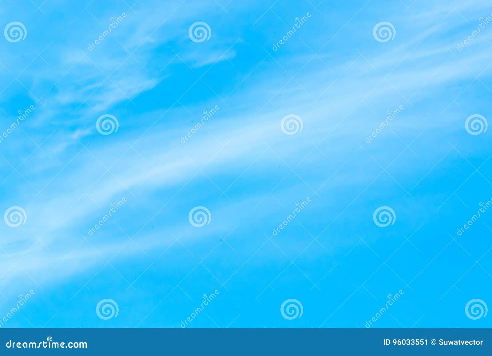 Niebieskie niebo z chmury tła liniami przecina
