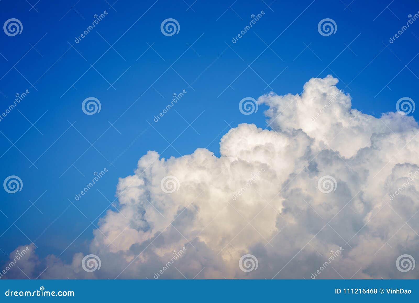 Niebieskie niebo z chmury zbliżeniem
