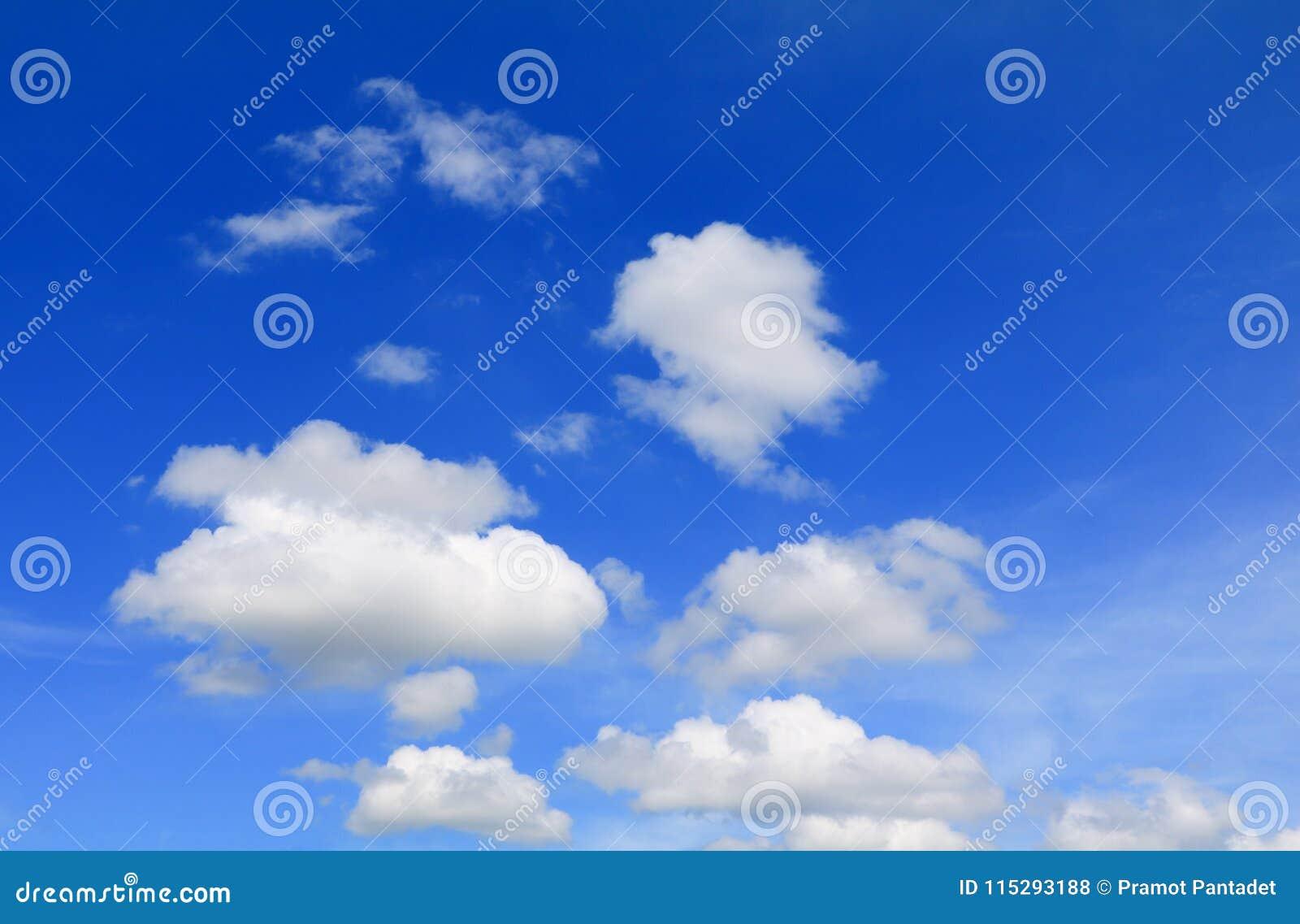 Niebieskie niebo z dużą chmurą i raincloud, sztuka natury piękna i odbitkowa przestrzeń