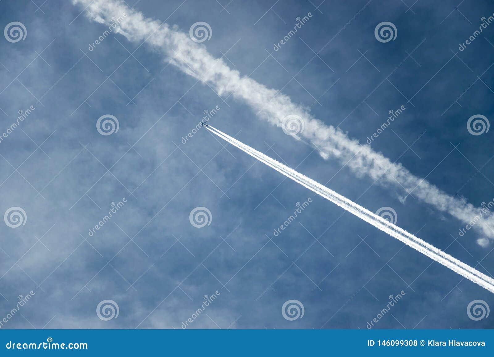 Niebieskie niebo z samolotem i jego footpring