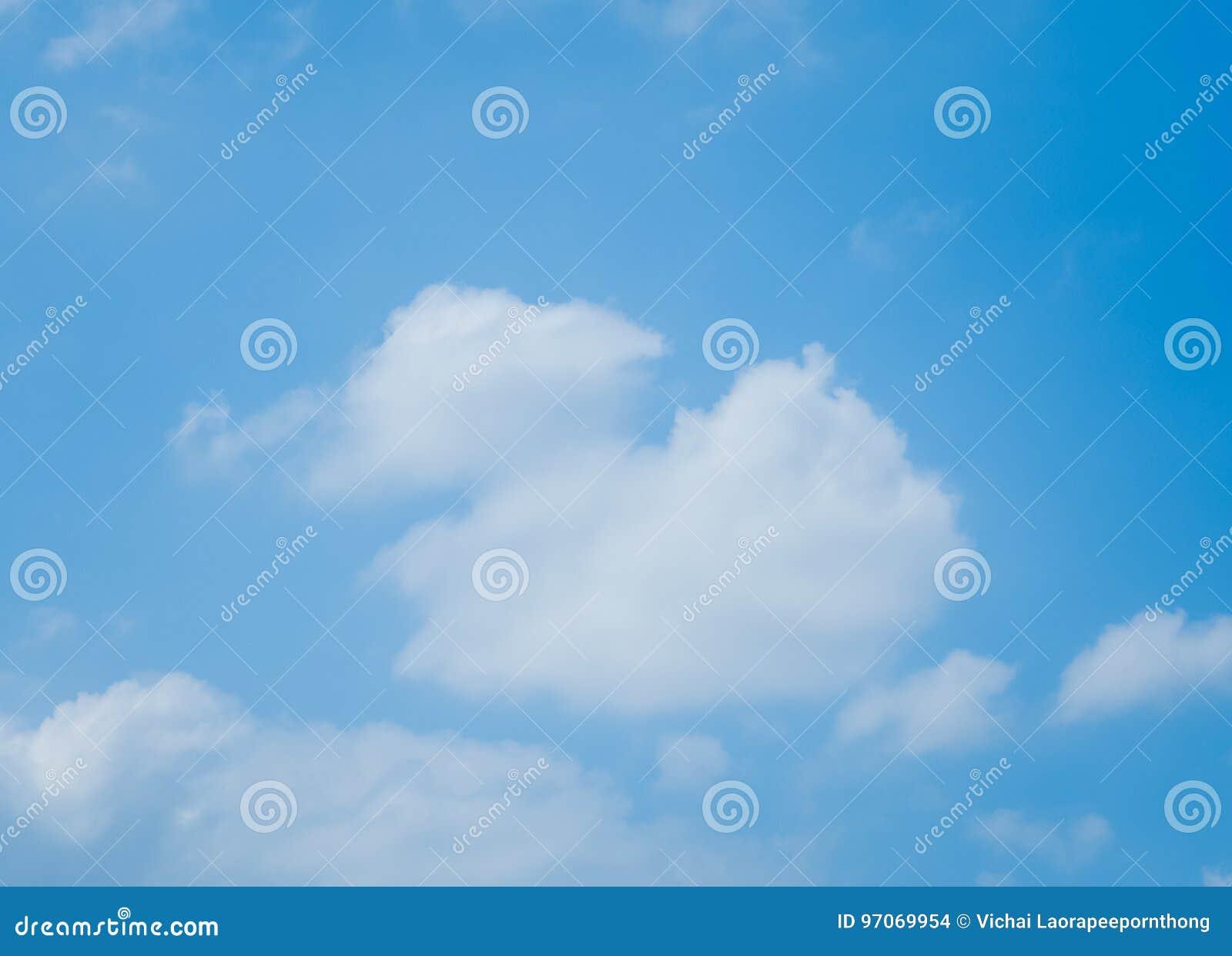 Niebieskie niebo z udział chmurami