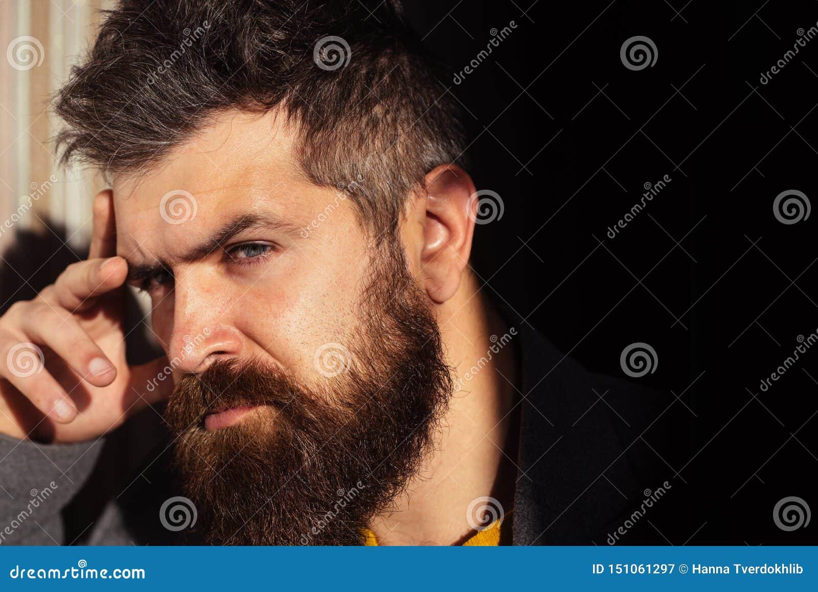 Niebieskie oko m??czyzna Myśli, odbicia Dorosła brodata samiec przystojny facet Modniś myśl cz?owiek eleganckie