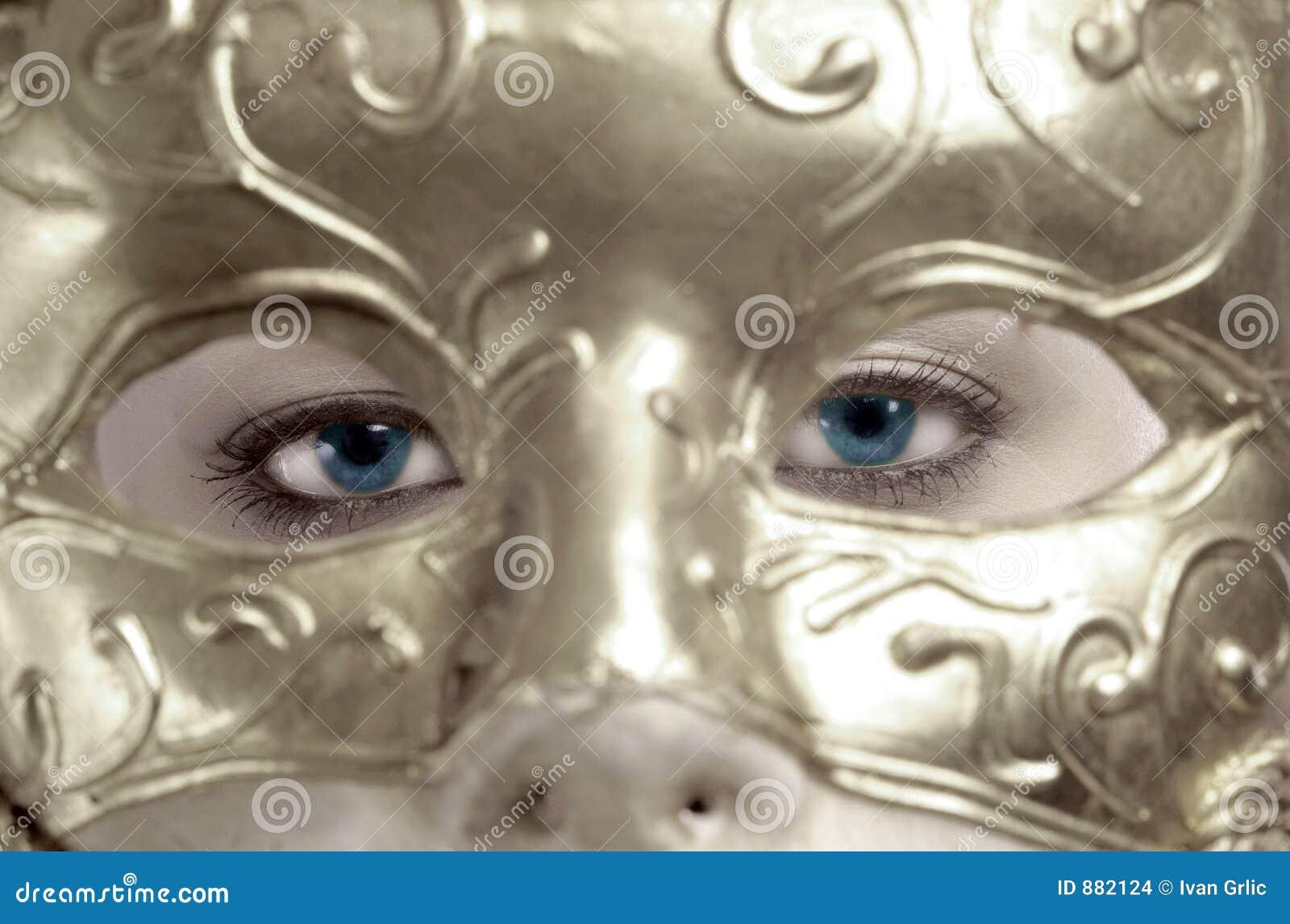 Niebieskie oko za maską