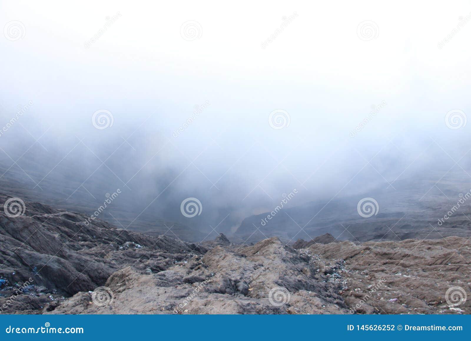 Niebla con humo en el cráter