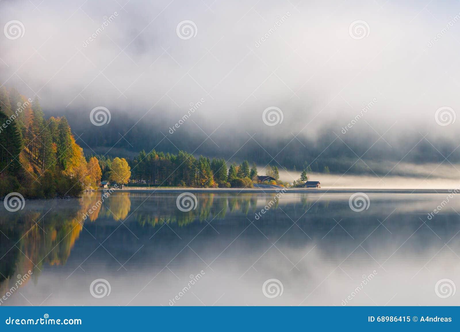 Niebla de la mañana en el plansee del lago