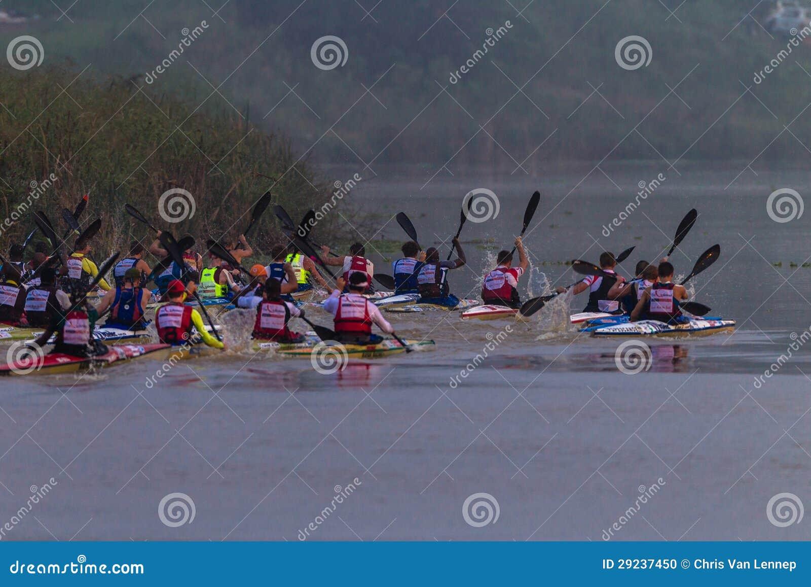Niebla del comienzo de la raza de la canoa de Dusi