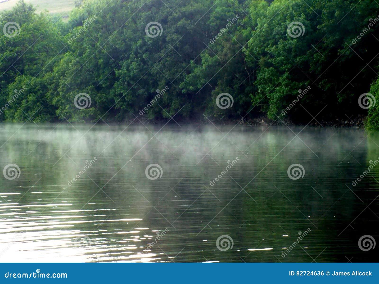 Niebla después de la lluvia en el depósito de Ladybower