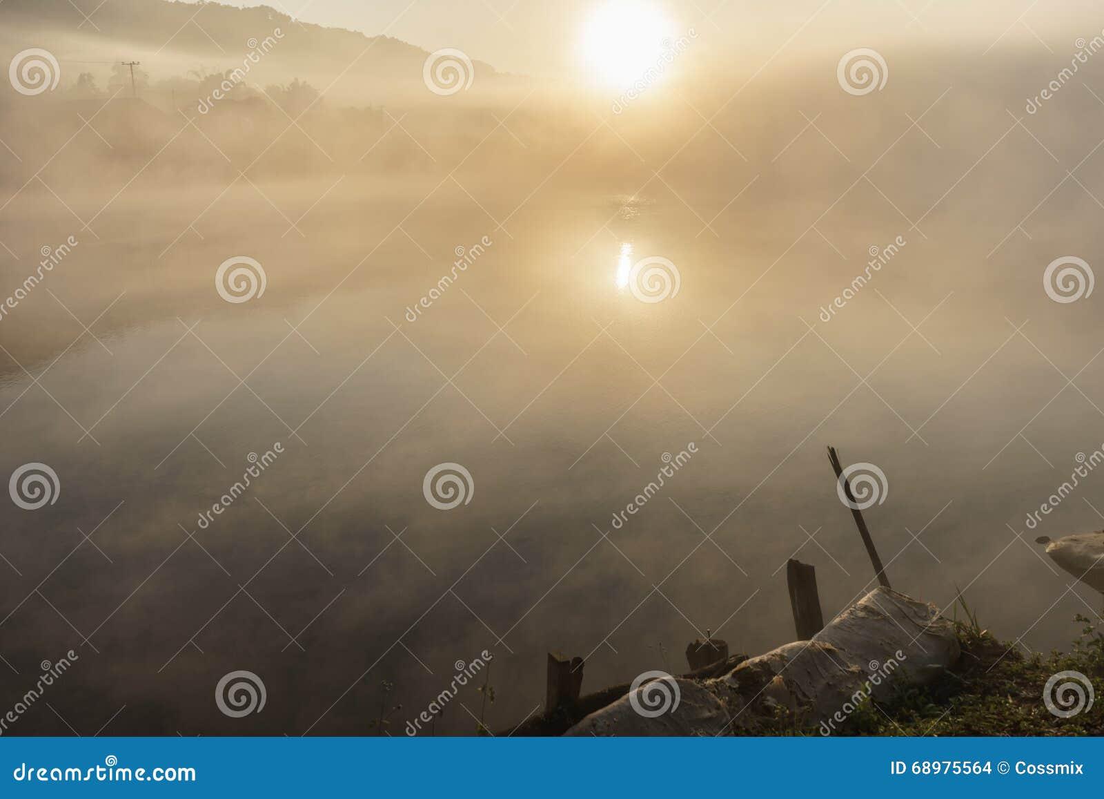 Niebla en pueblo en el amanecer