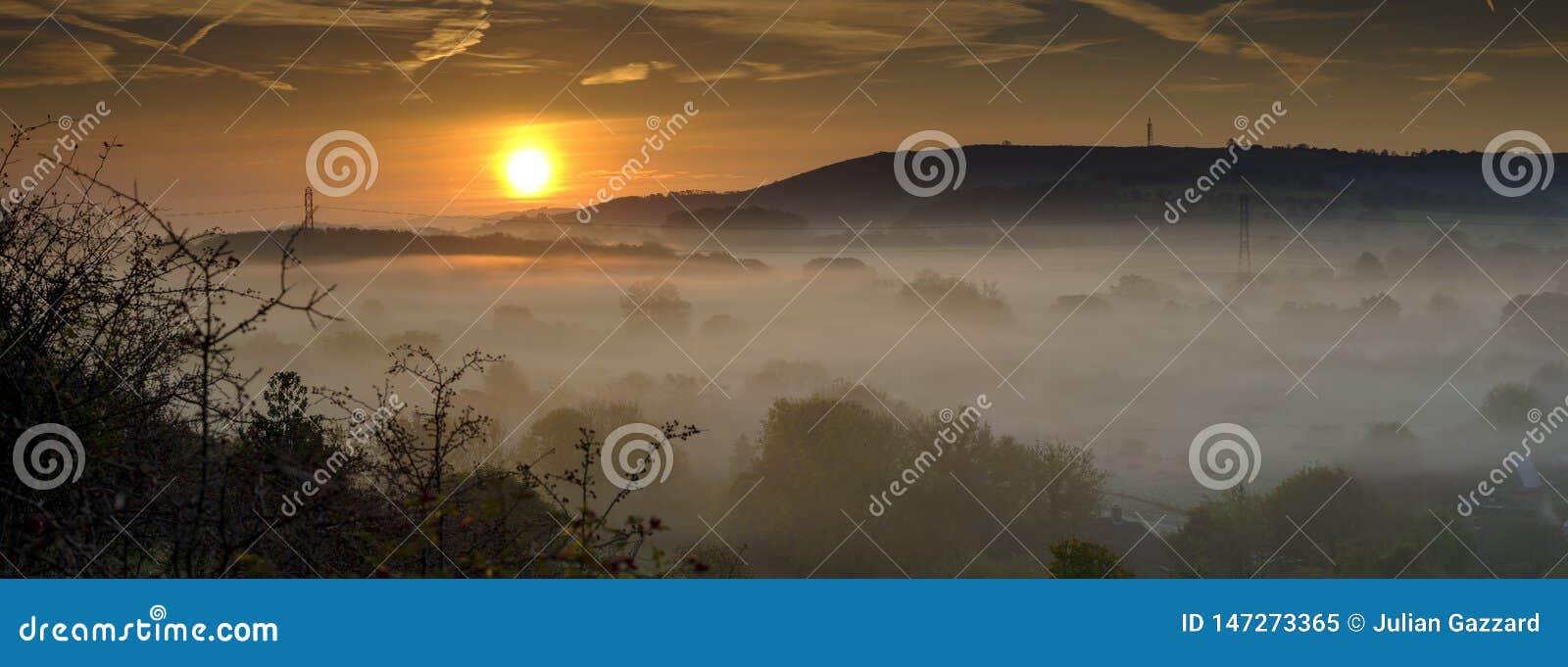 Niebla oto?al de la madrugada sobre el pueblo del este de Meon con la colina de Butser y los plumones del sur en el fondo, plumon