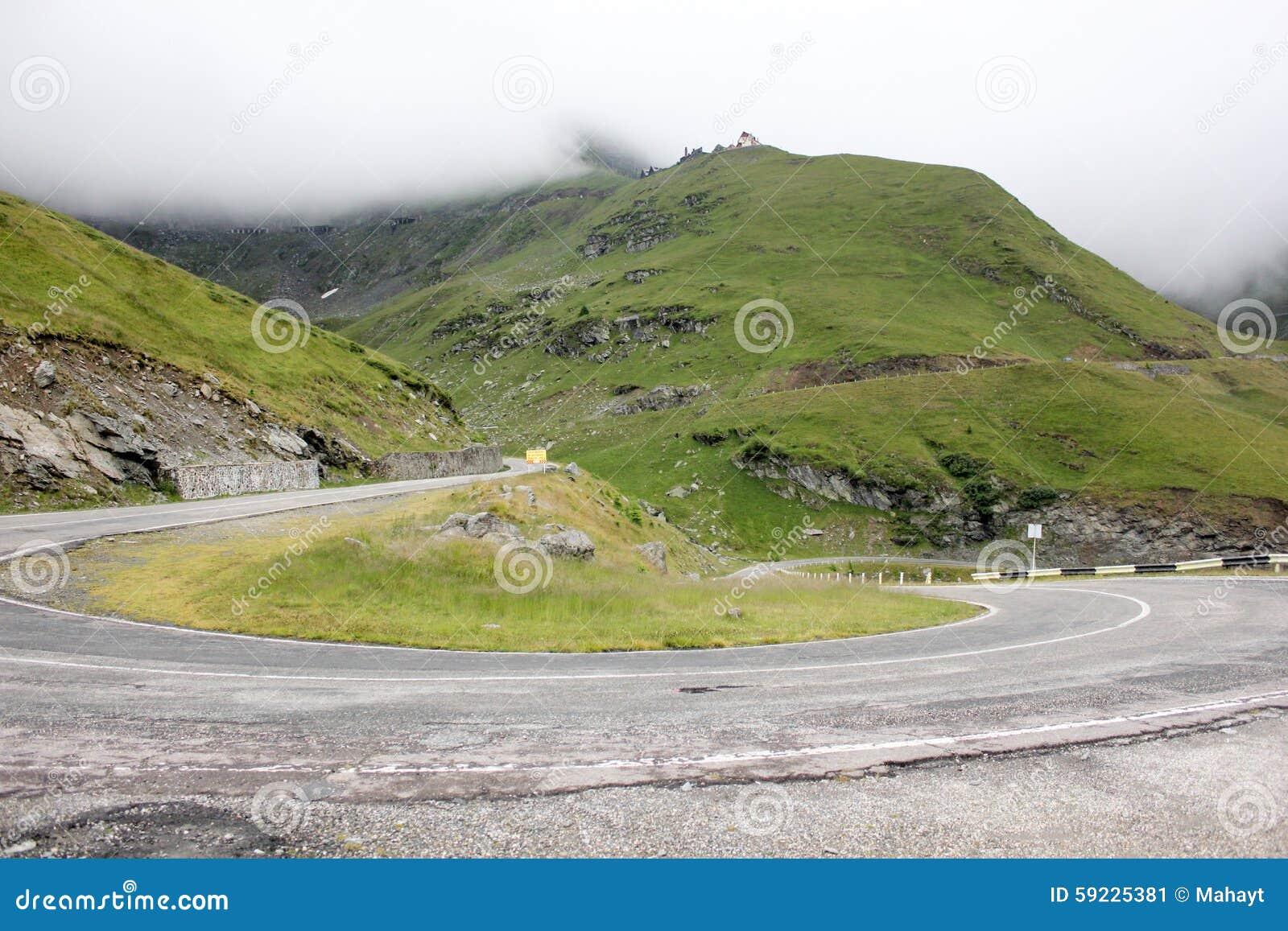Niebla sobre la carretera a las montañas Camino de Transfagarasan rumania