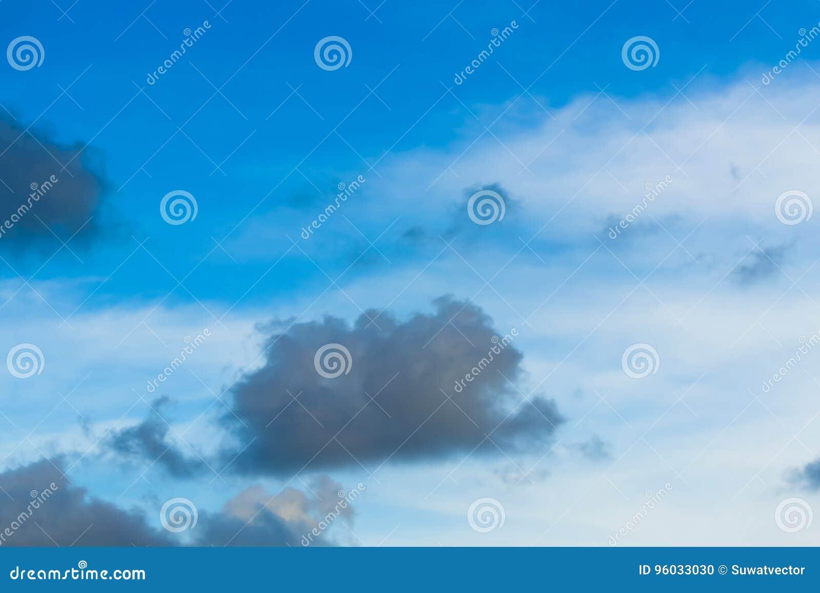Niebo chmurnieje dla tła