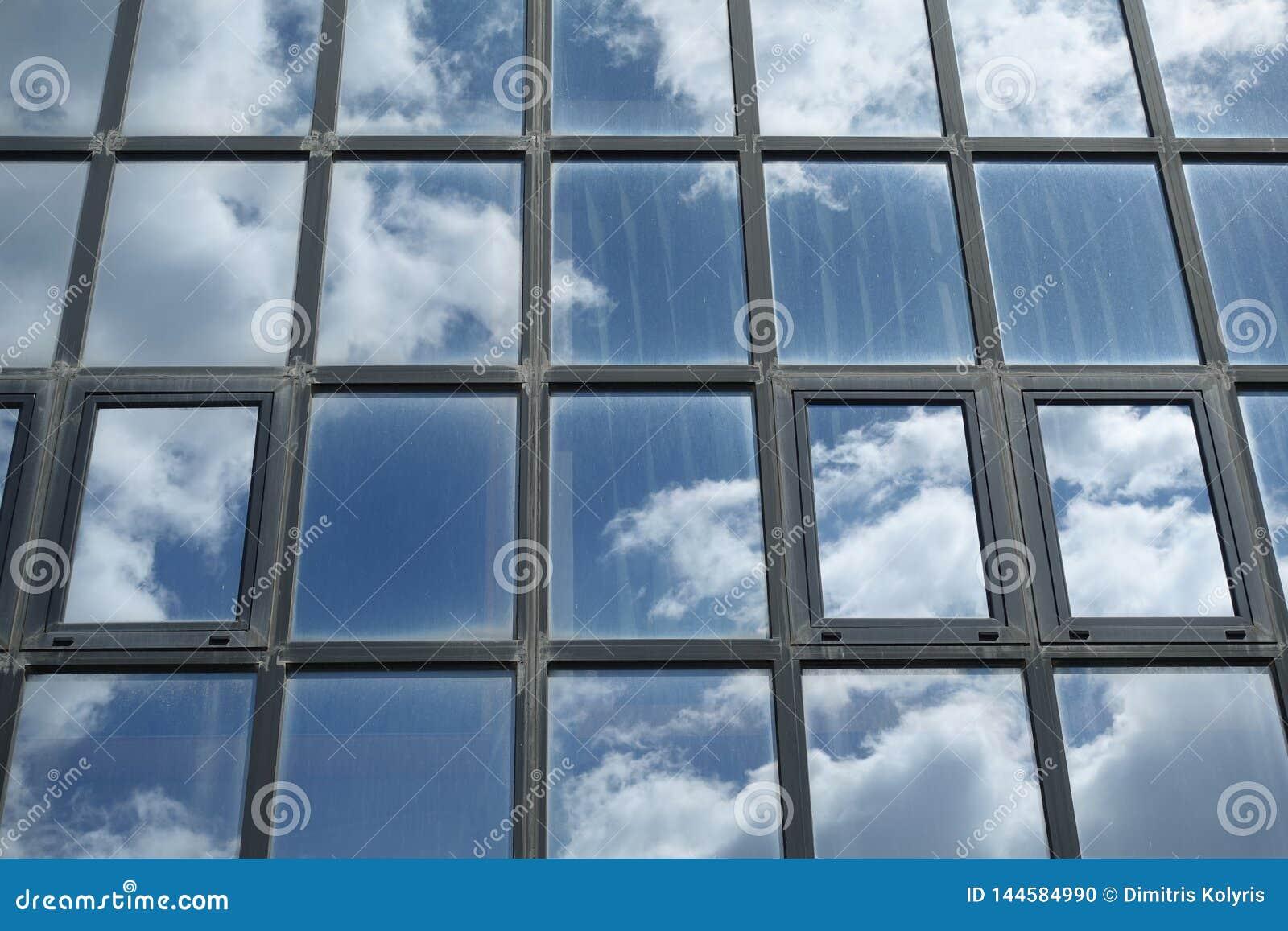 Niebo i chmury odbijający na budynków okno