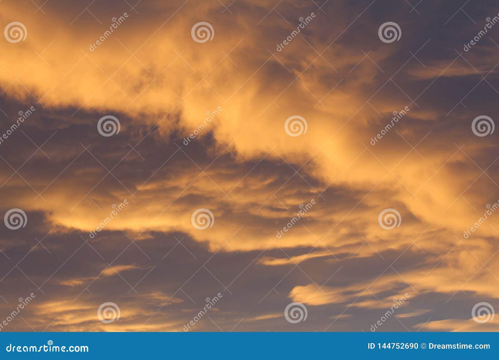Niebo obłocznego pomarańczowego wieczór dnia lata popielata wiosna w górę