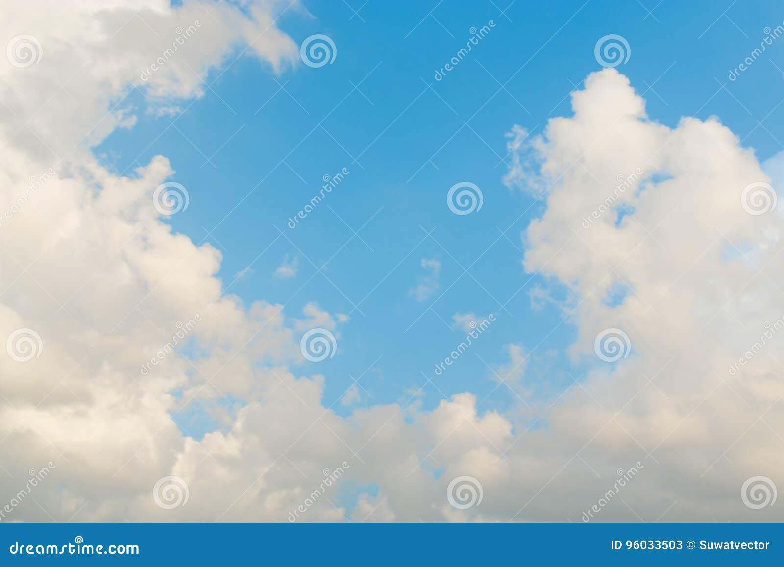 Niebo z chmurami rusza się z wiatrem