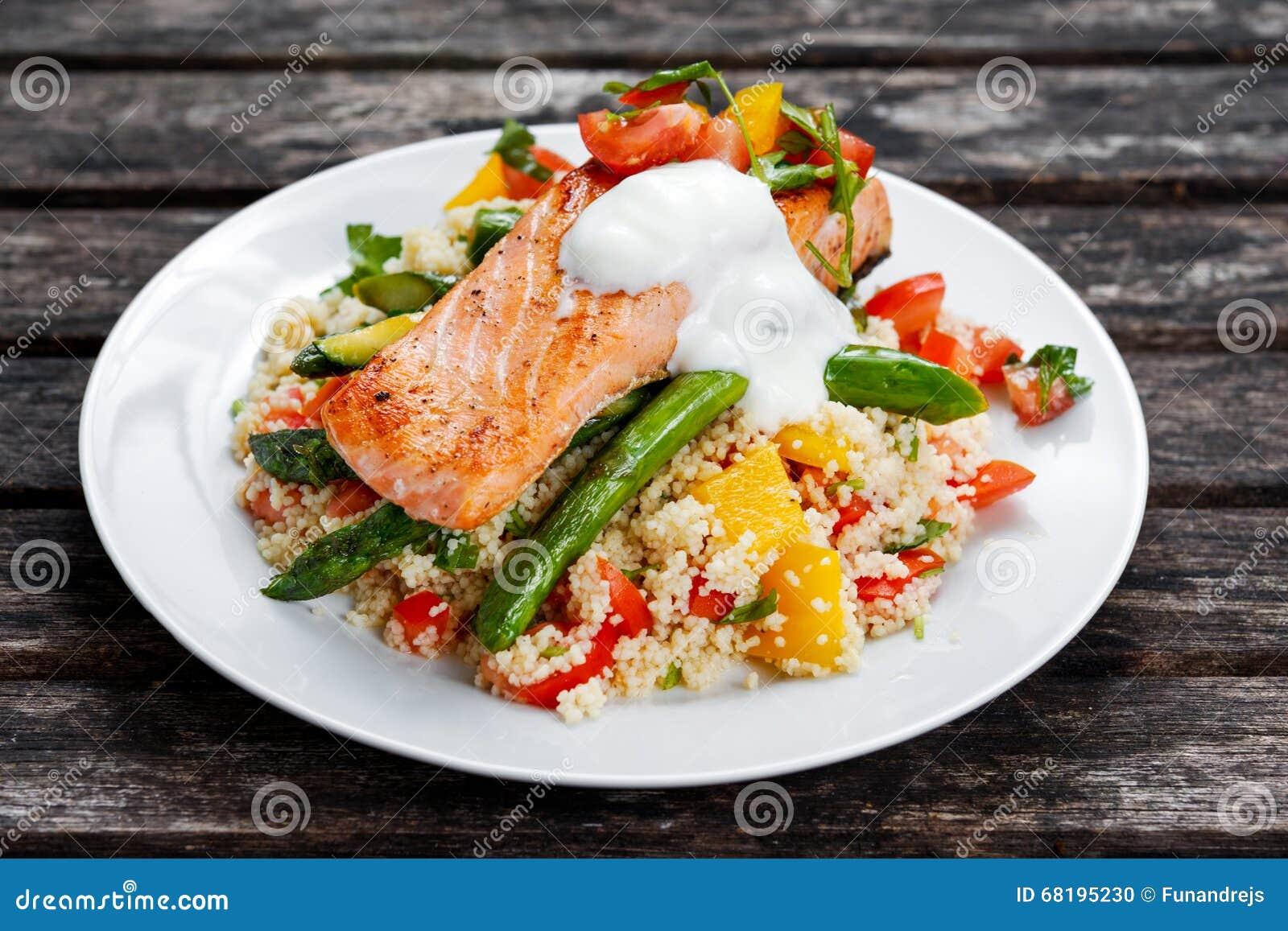 Niecka smażył łososia z czułym asparagusem, couscous i warzywami,
