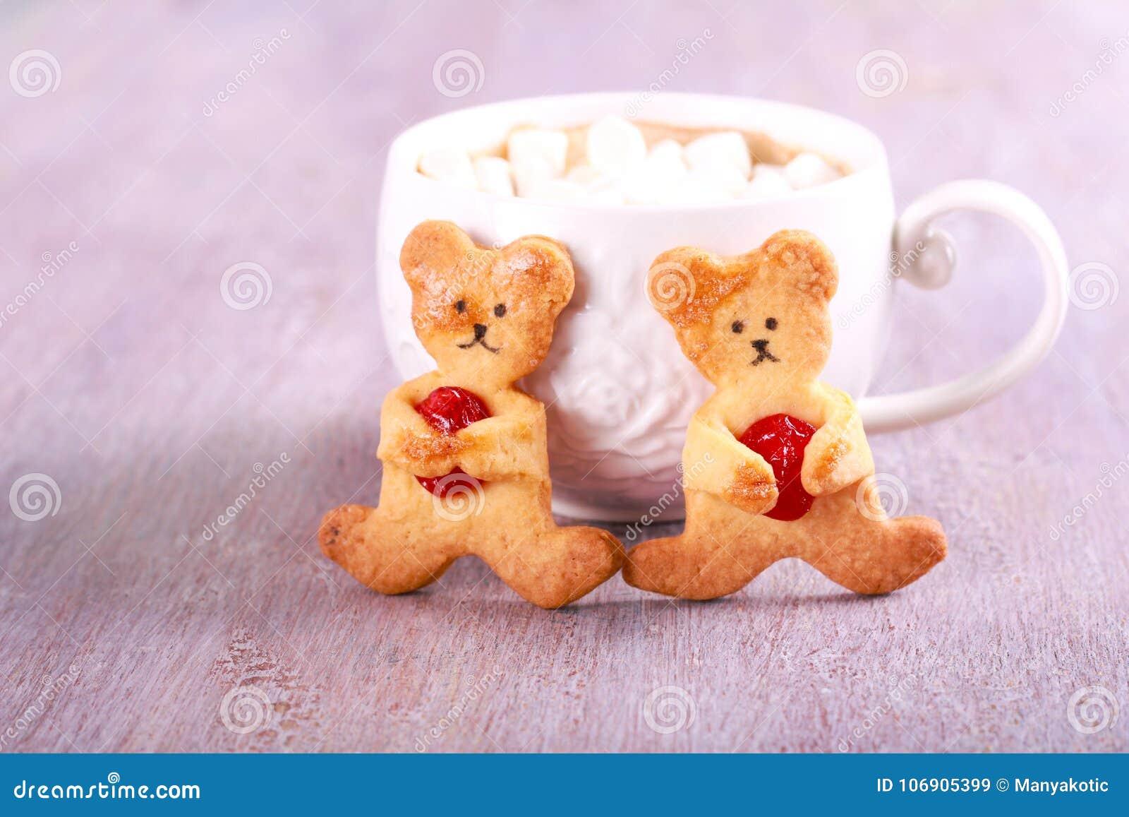 Niedźwiadkowi ciastka z wiśnią i filiżanką czekolada