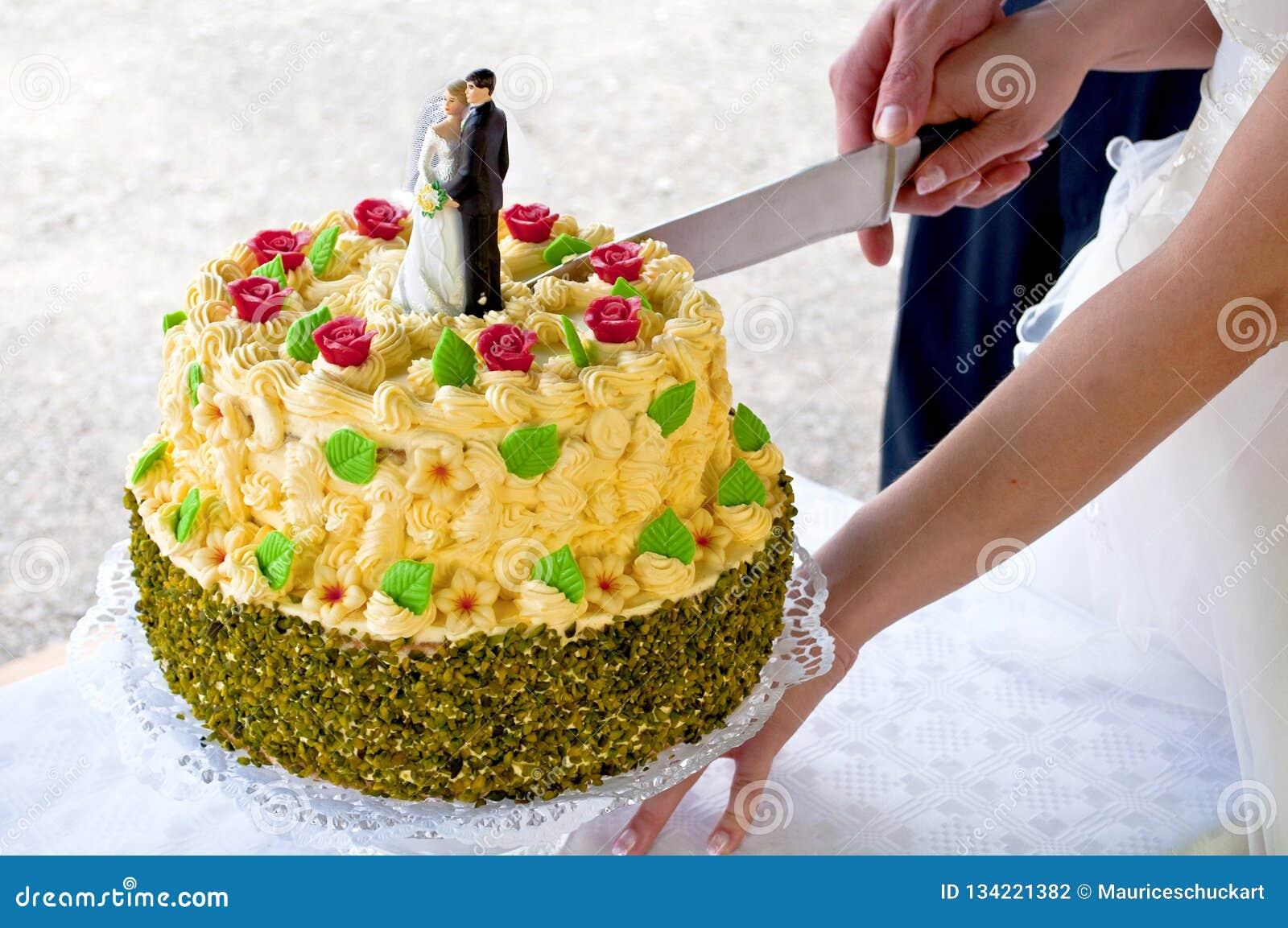 Niedawno poślubia pary ciie ślubnego tort