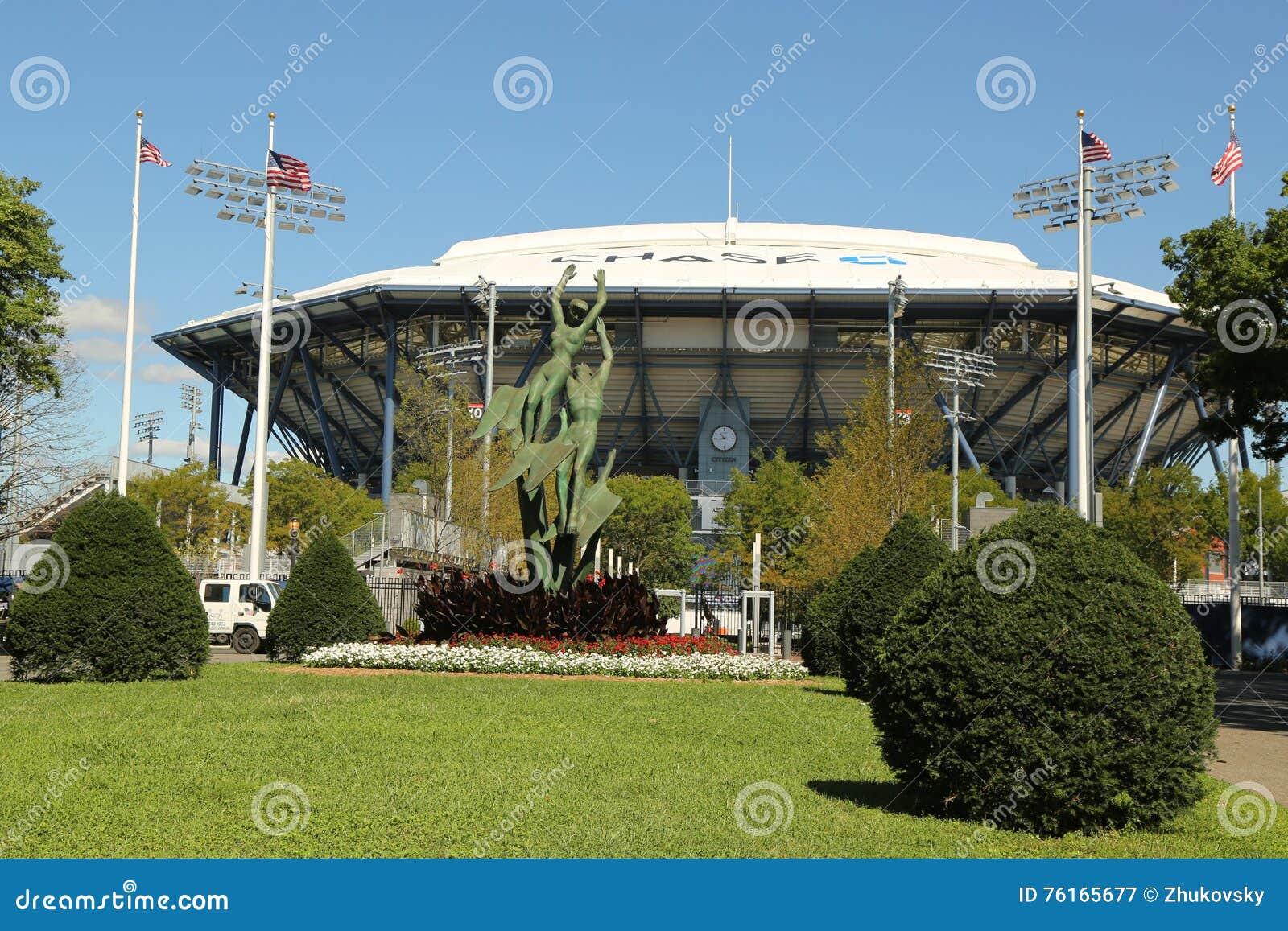 Niedawno ulepszający Arthur Ashe stadium z skończonym wciąganym dachem przy Billie Cajgowego królewiątka tenisa Krajowym centrum