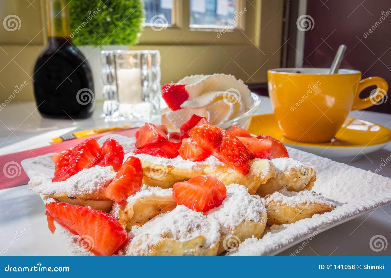 Niederländische Minipfannkuchen Poffertjes mit Erdbeeren