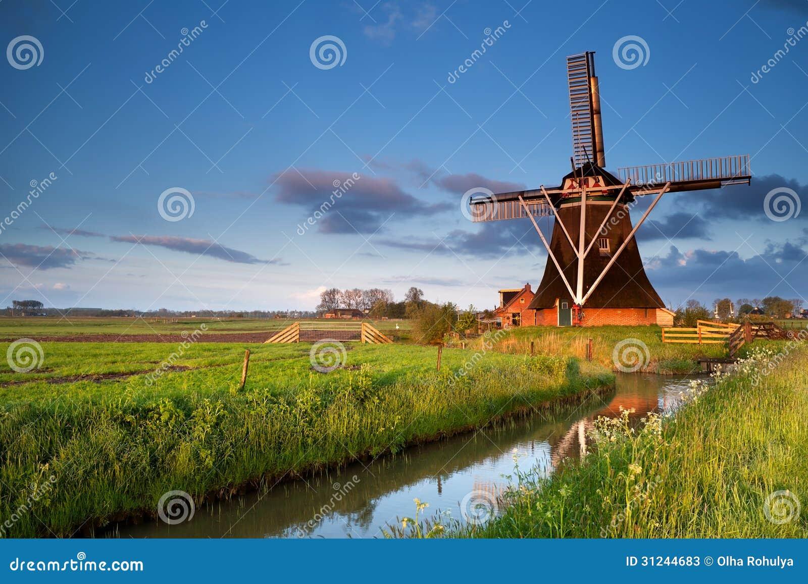 Niederländische Windmühle im Morgensonnenaufgangsonnenlicht