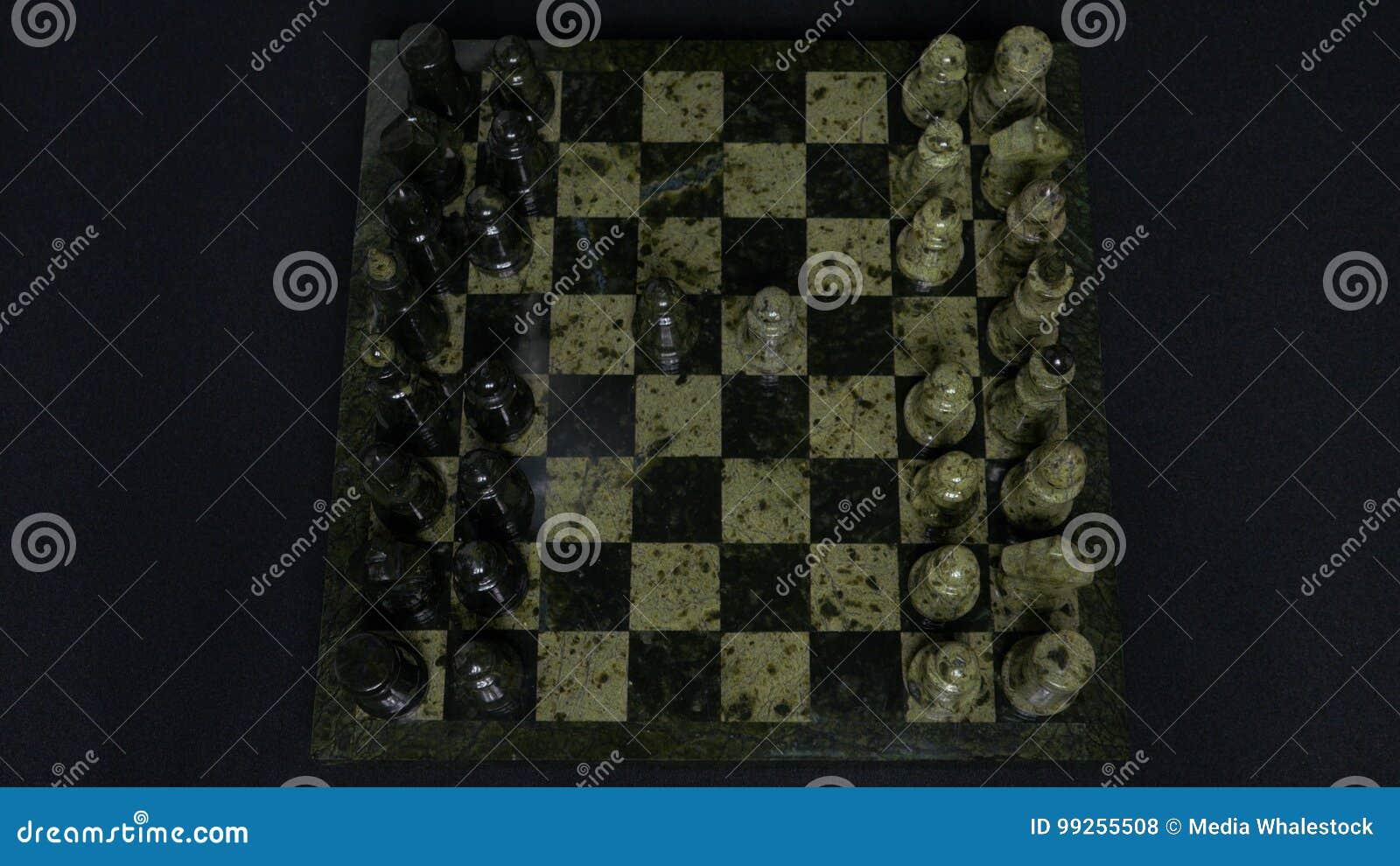 Niederlage Anfang eines Schach-Spiels, die Zahlen werden und Person Makes The First Move ausgerichtet Hand, die ein Ritterschach