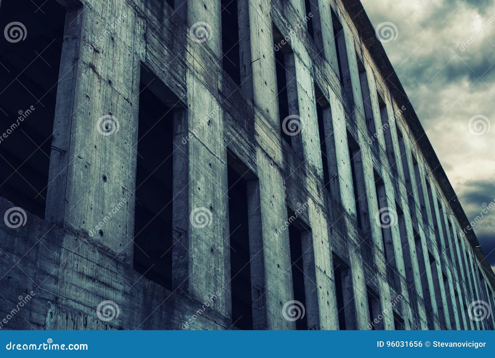 Niedokończona zaniechana betonowego budynku fasada