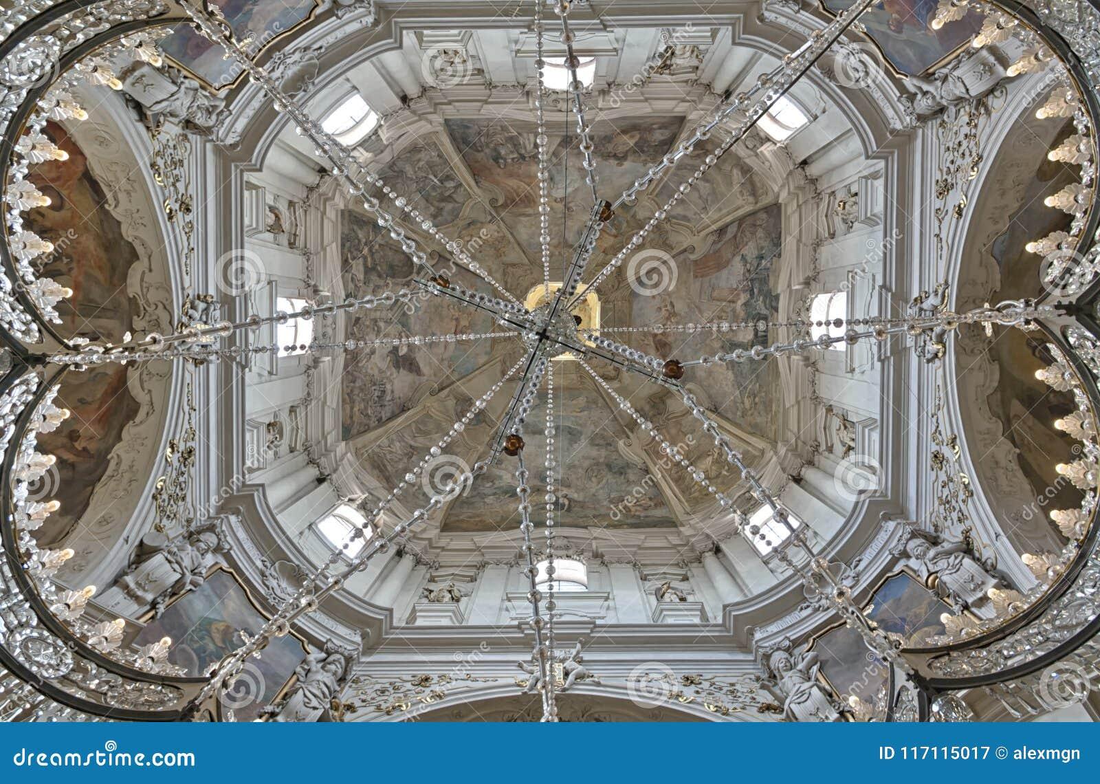 Niedrige Winkelsicht der frescod Haube der Kirche des Heiligen Nichol