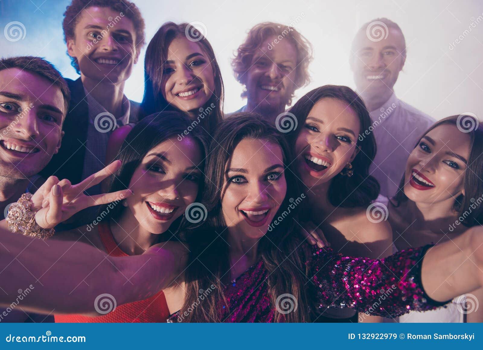 Niedriger oben genannter Draufsichtabschluß des Winkels herauf Fotoporträt von Personen umarmen