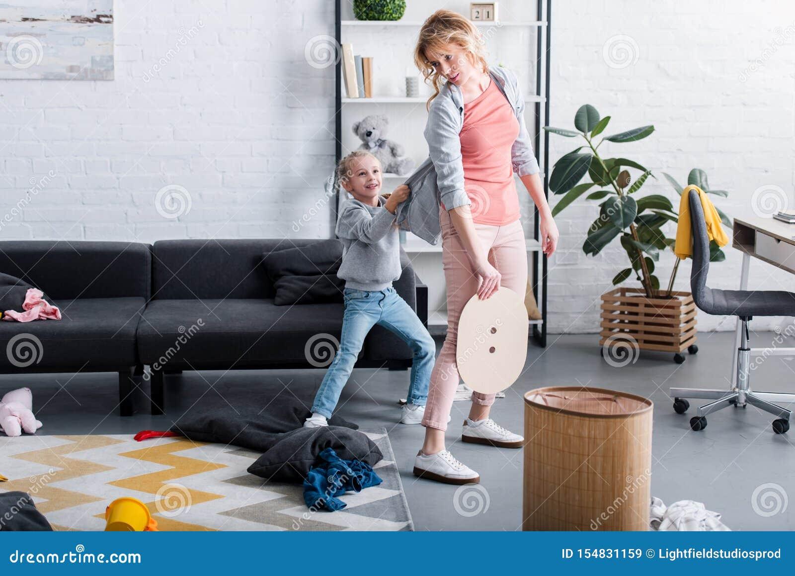Niegrzeczny córki mienia kardigan zmęczony macierzysty czyścić