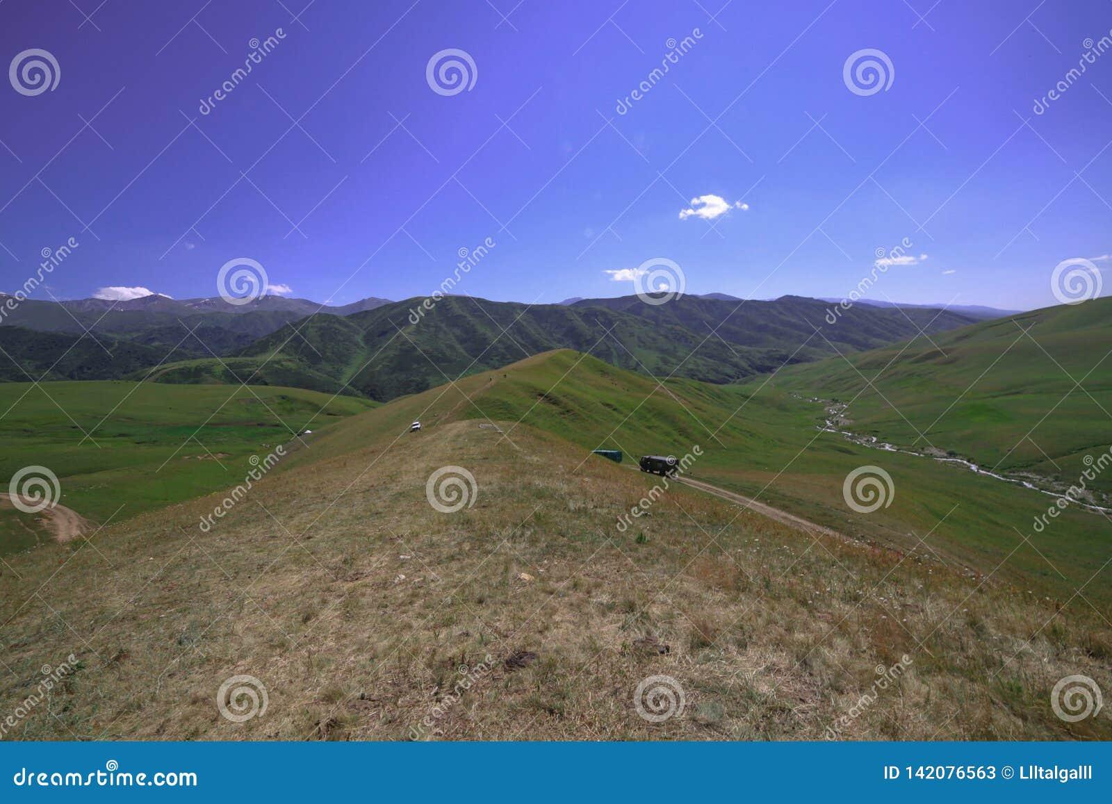 Niekończący się wzgórza błękitne niebo spokój