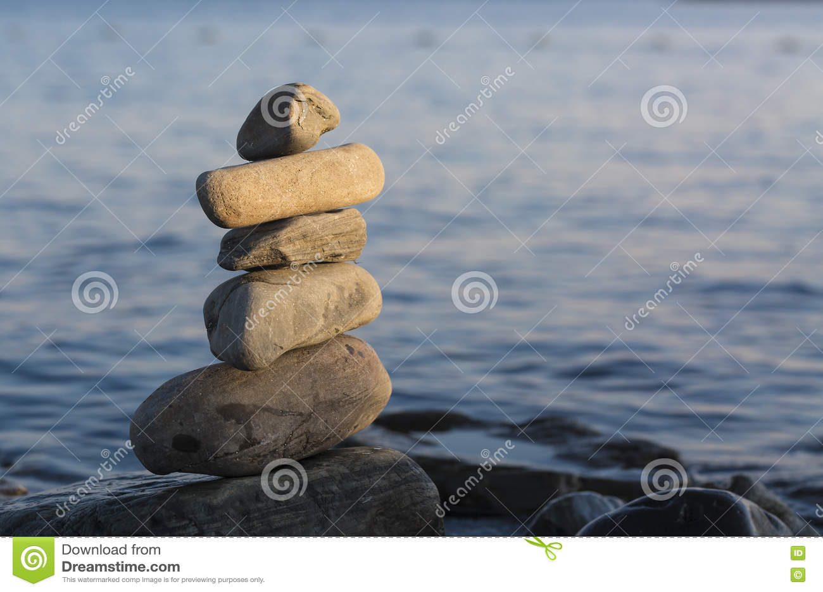 Niektóre kamienie na each inny z morzem