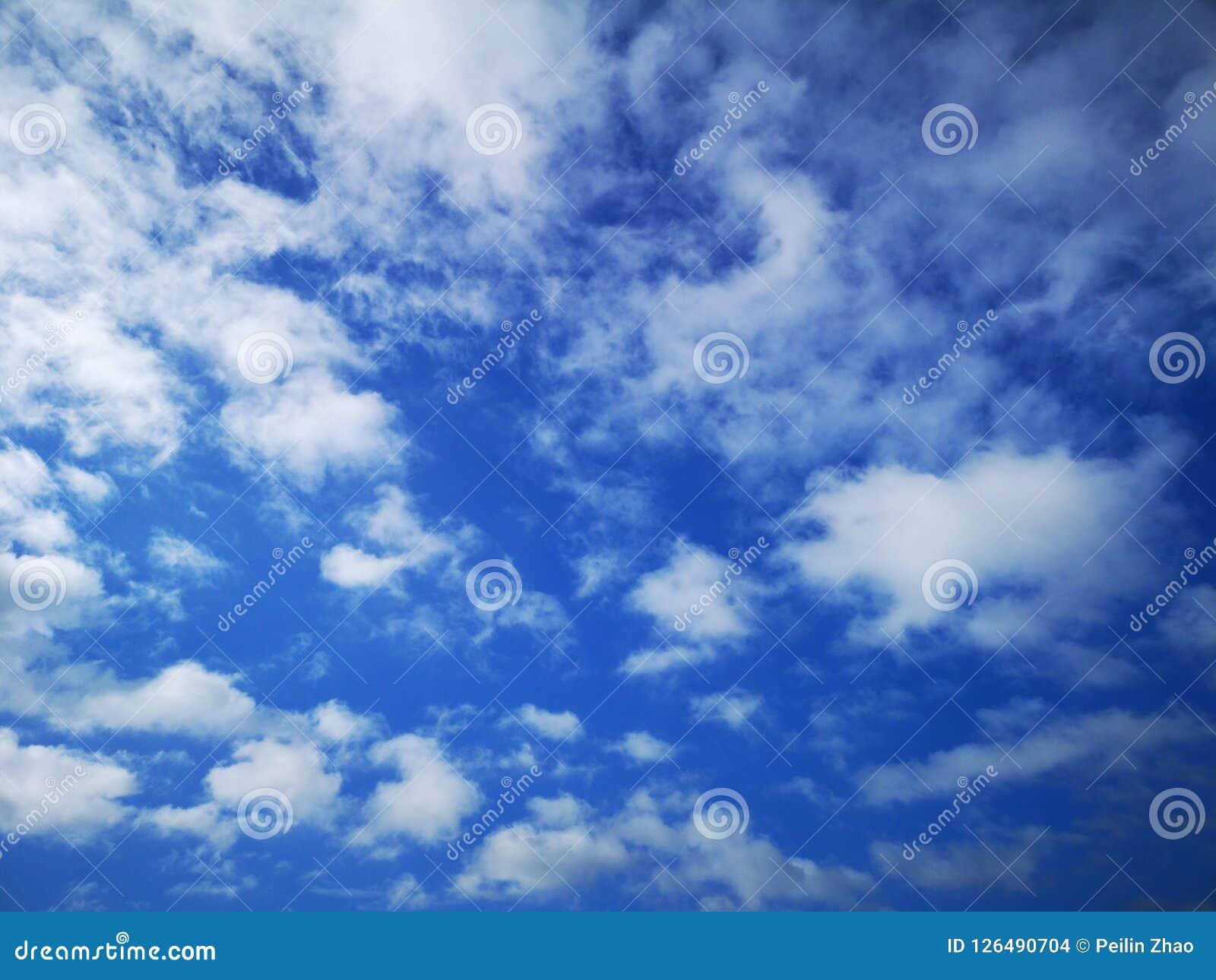 Niektóre niebieskie niebo i chmury
