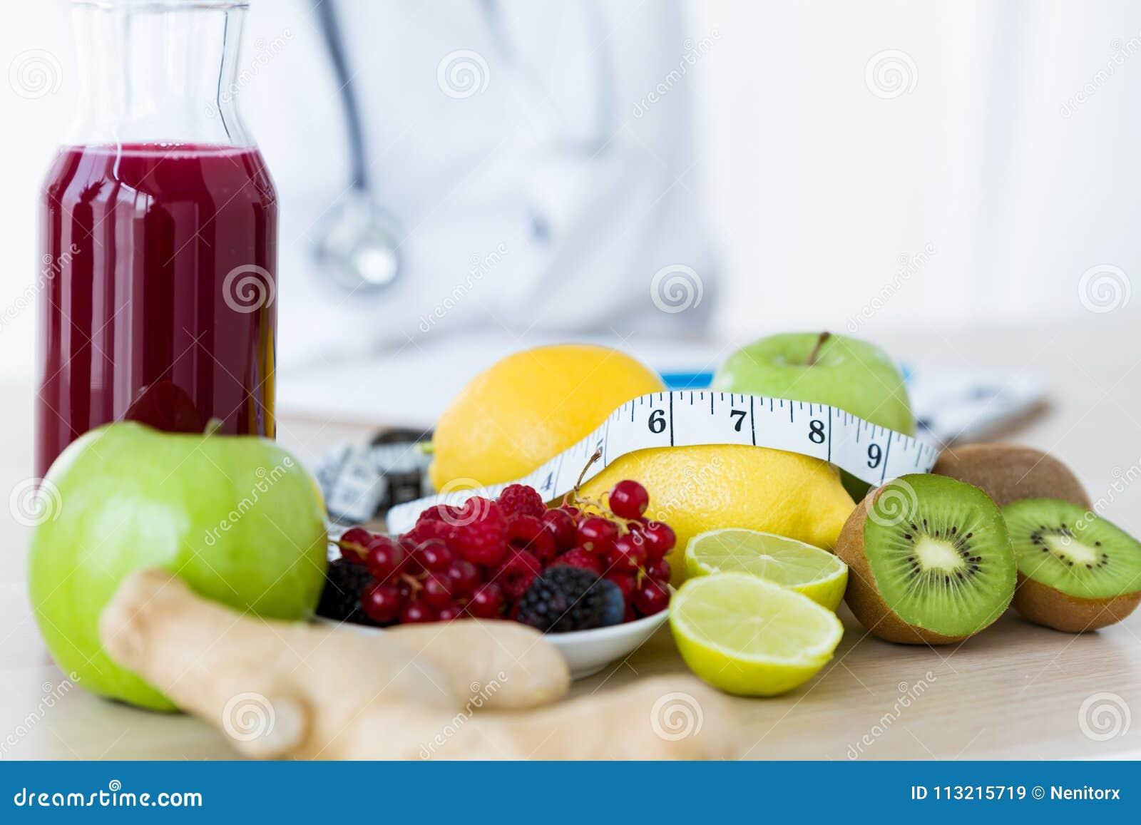 Niektóre owoc tak jak jabłka, kiwi, cytryny i jagody na żywionym stole,