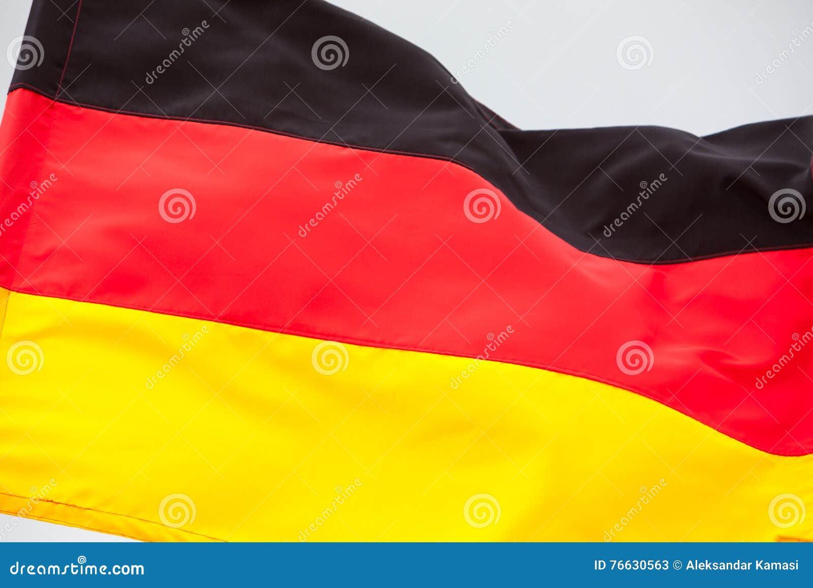 Niemiec chorągwiany falowanie na niebie