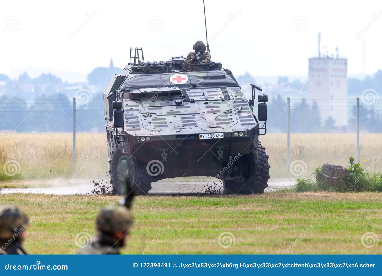 Niemiec opancerzający medyczny przewoźnika bokser od Bundeswehr, jedzie na drodze