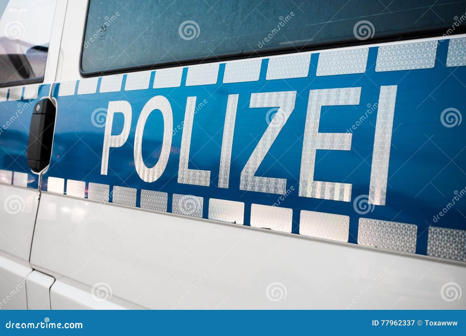 Niemiec policja podpisuje na samochodzie