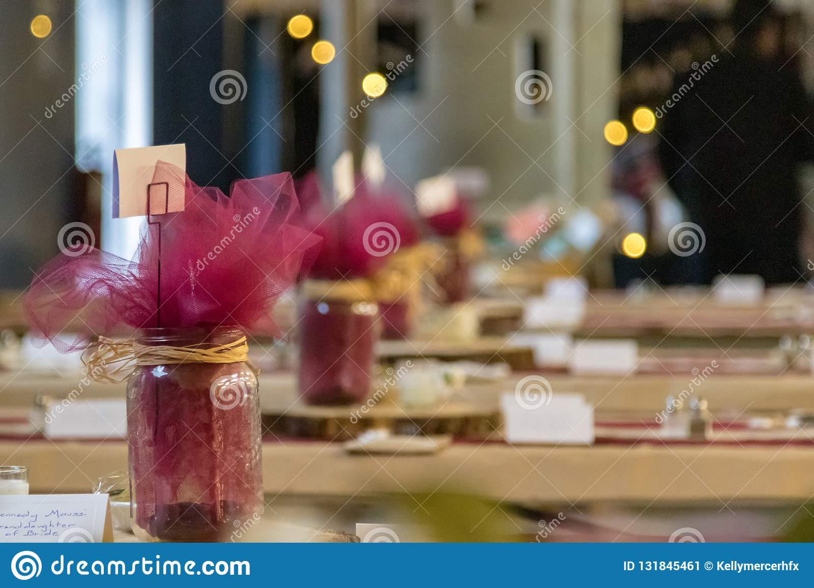 Nieociosana ślubu stołu dekoracji największa atrakcja z Zamazanym tłem
