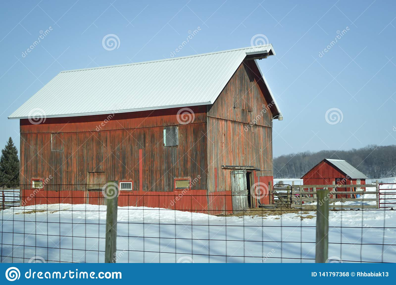 Nieociosana Czerwona stajnia w śniegu - Wisconsin