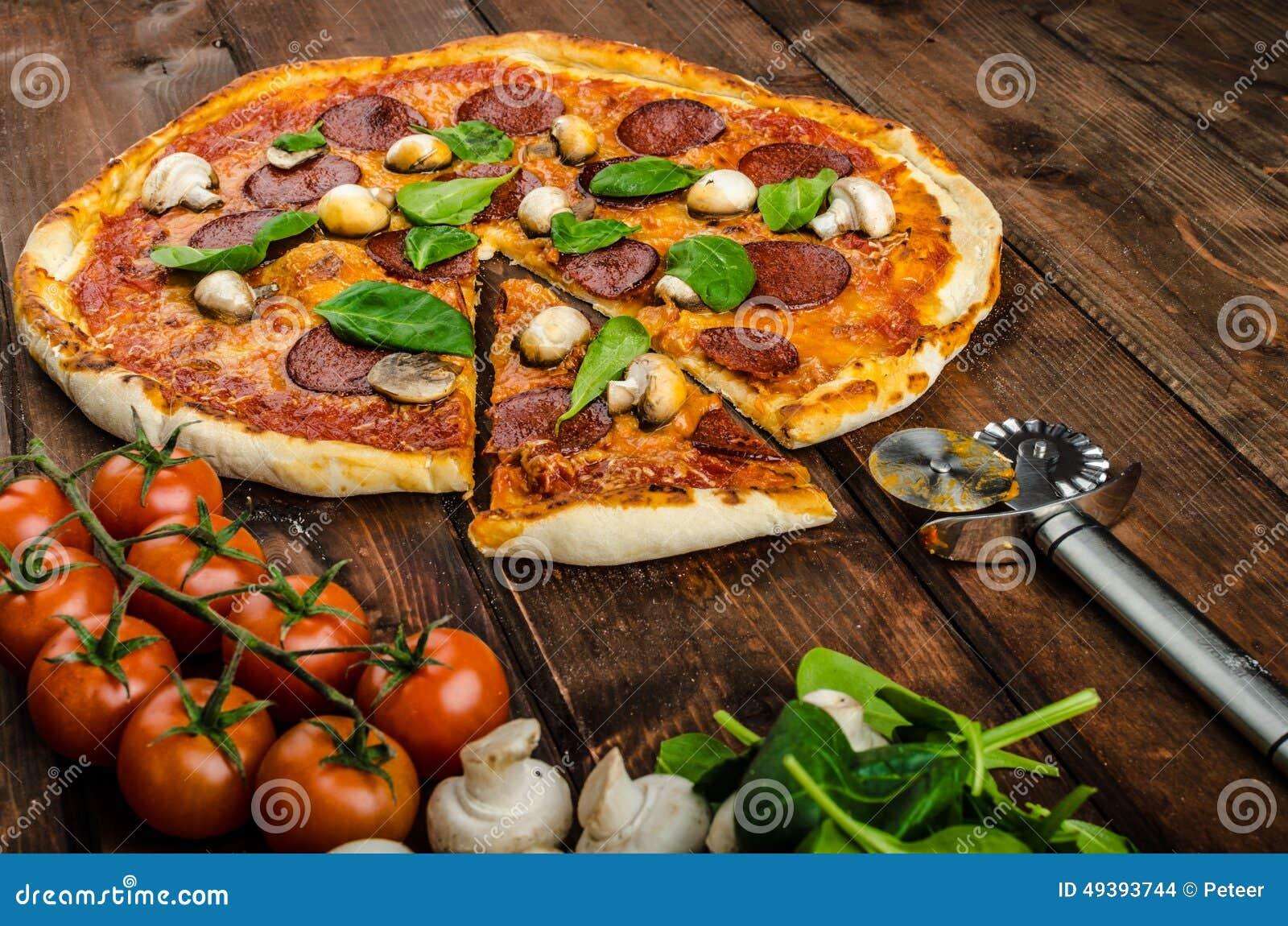 Nieociosana pizza z salami, mozzarellą i szpinakiem,