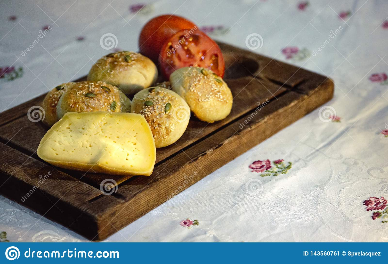 Nieociosany chlebowy ser i pomidory