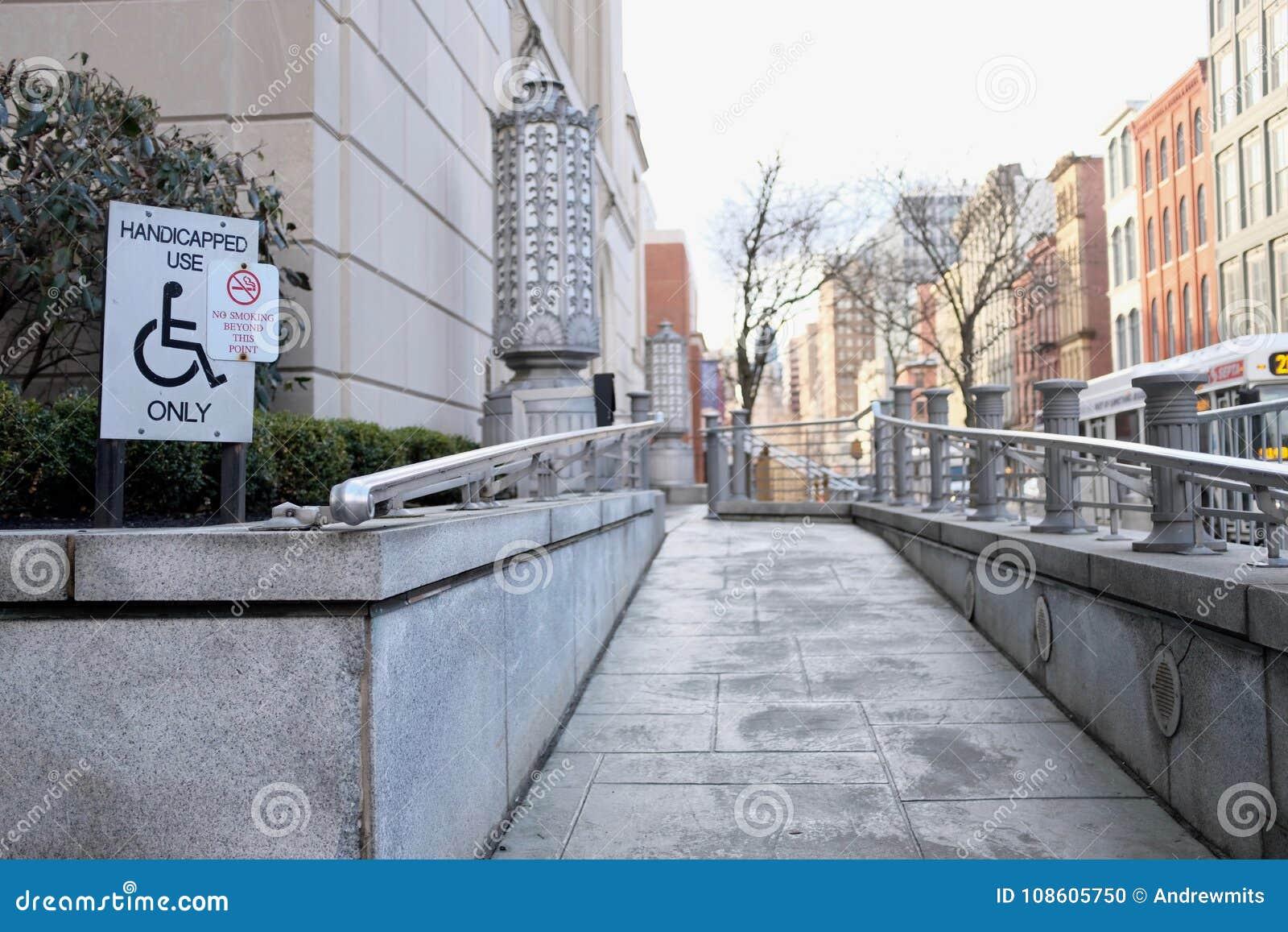 Niepełnosprawna Dostępna rampa w Miastowym położeniu