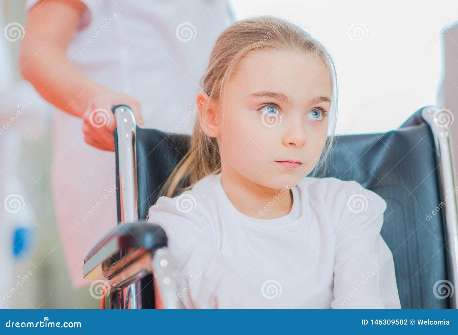 Niepełnosprawna dziewczyna na wózku inwalidzkim