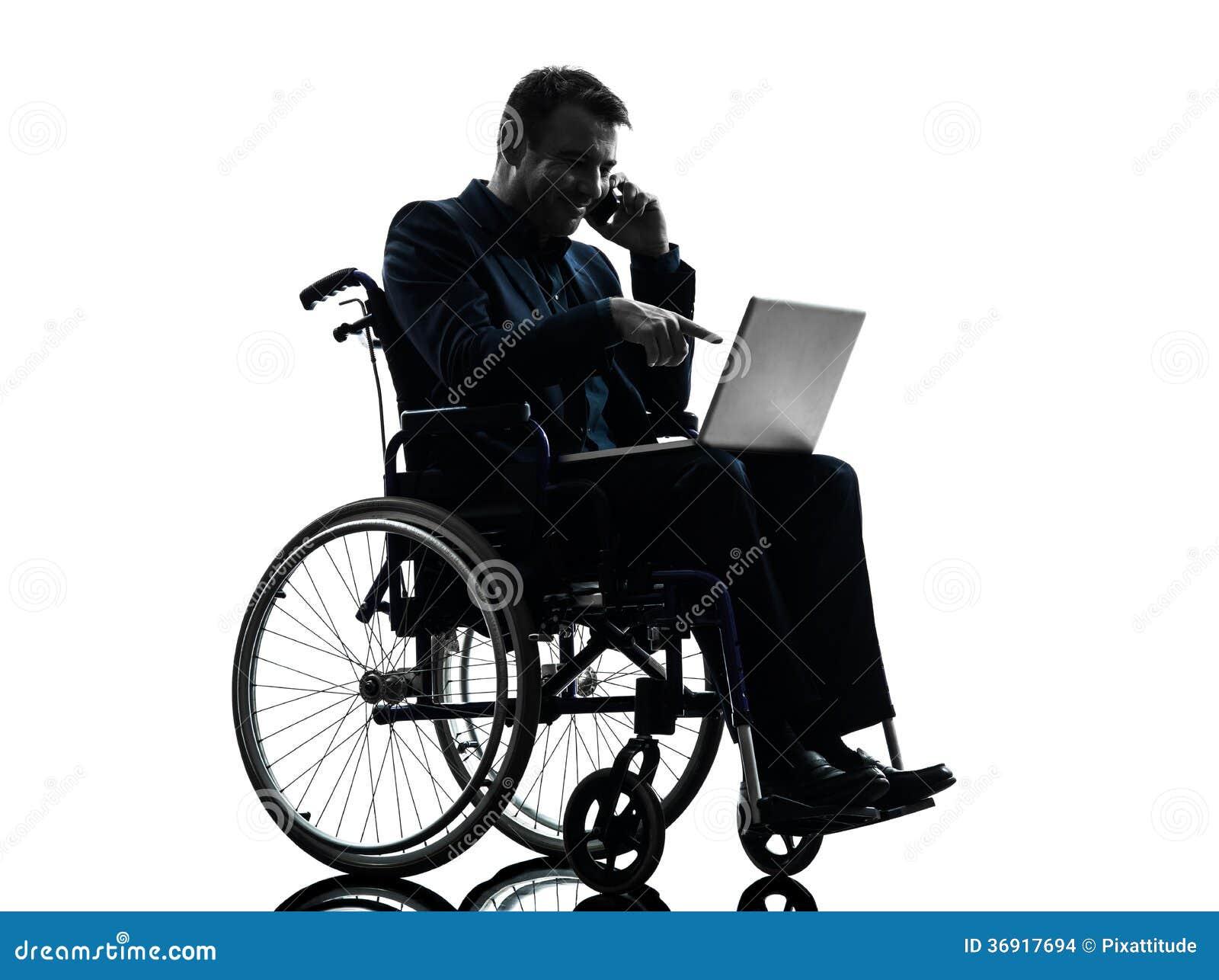 Niepełnosprawny biznesowy mężczyzna oblicza laptop w wheelchai
