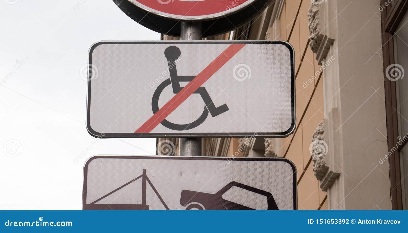 Niepełnosprawny parking znak, żadny wózek inwalidzki krzyżował za