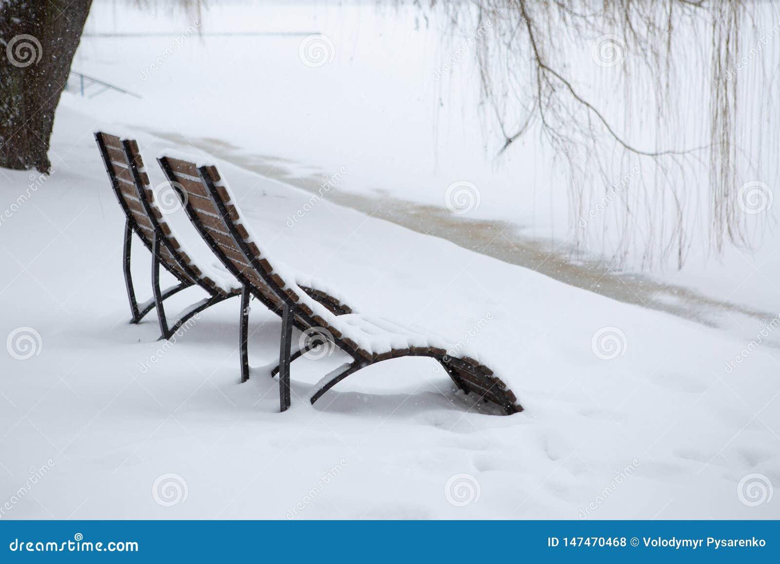 Niepomyślna urlopowa opłata zła pogoda Śnieg na lounger na plaży