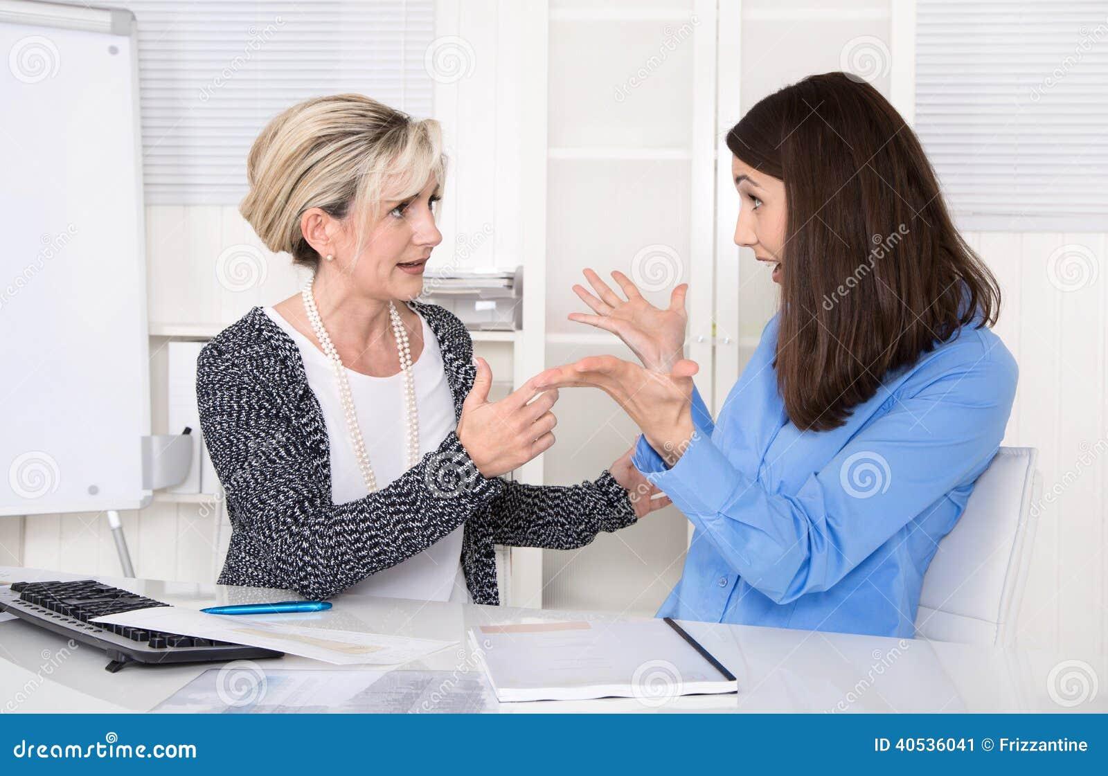 Nieporozumienie, znęcać się i kłopot pod dwa biznesową kobietą przy w,