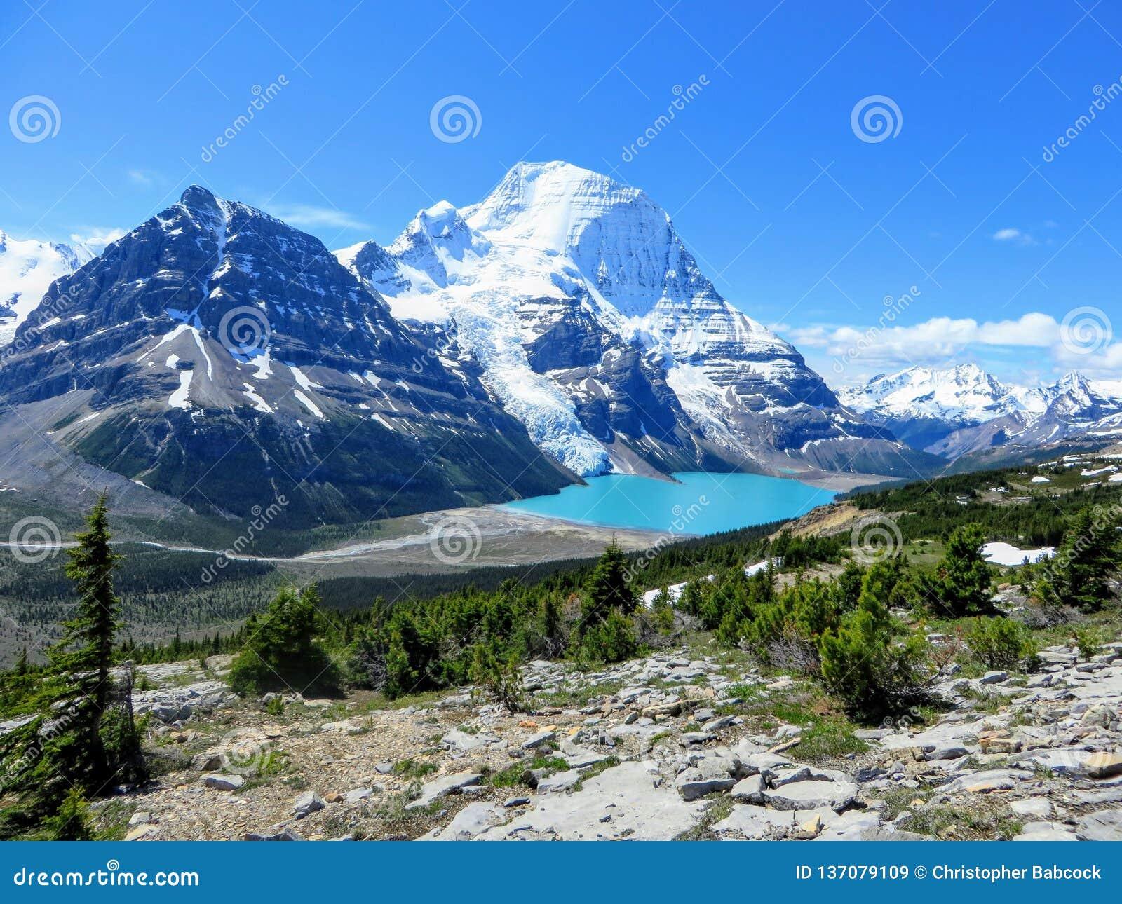Nieprawdopodobny widok piękny turkusowy jezioro przy bazą dwa ogromnej góry i lodowiec w góry Robson prowincjonału parku