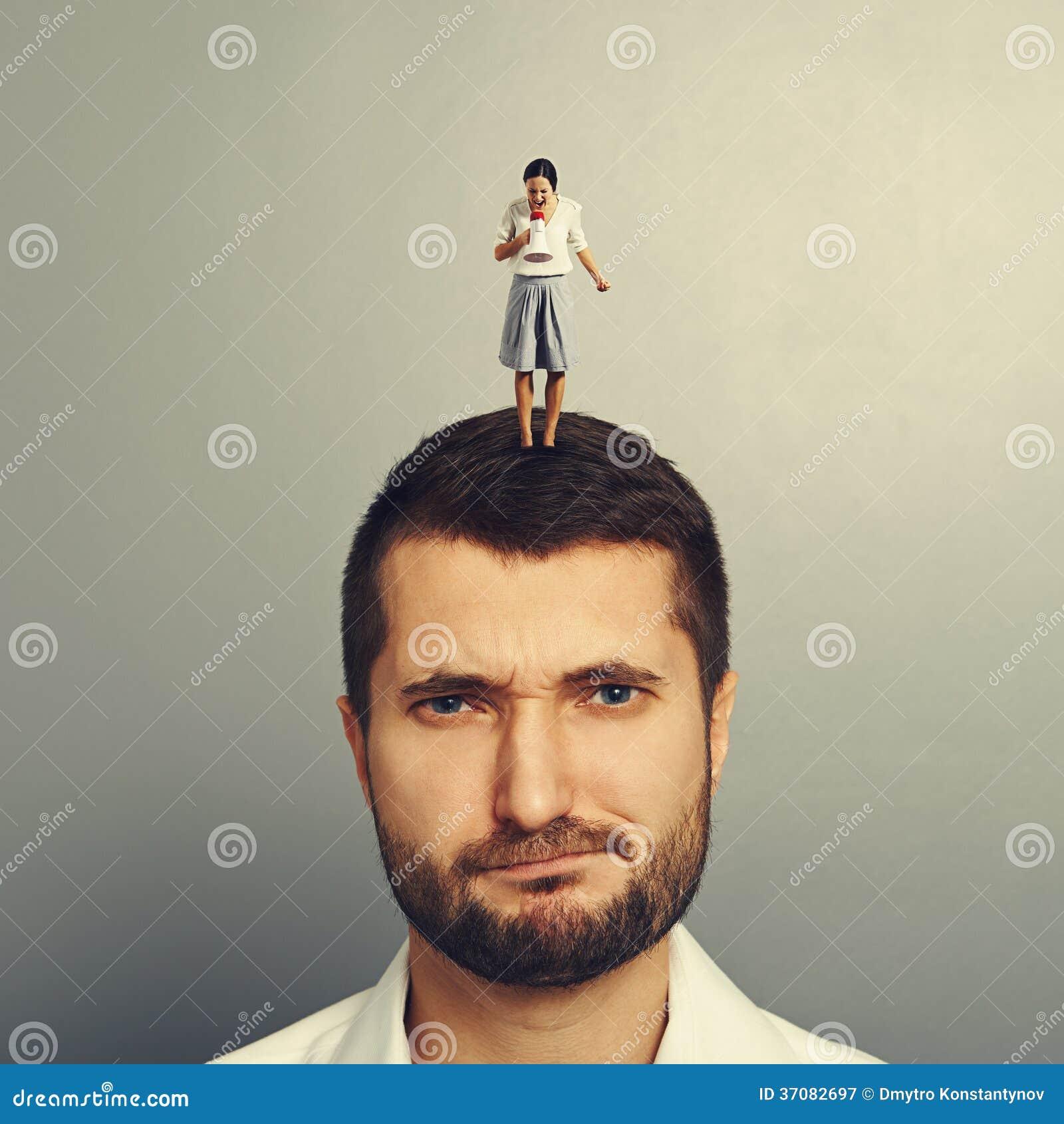 Download Nierad Mężczyzna Z Małą Gniewną Kobietą Obraz Stock - Obraz złożonej z okaleczający, szalenie: 37082697