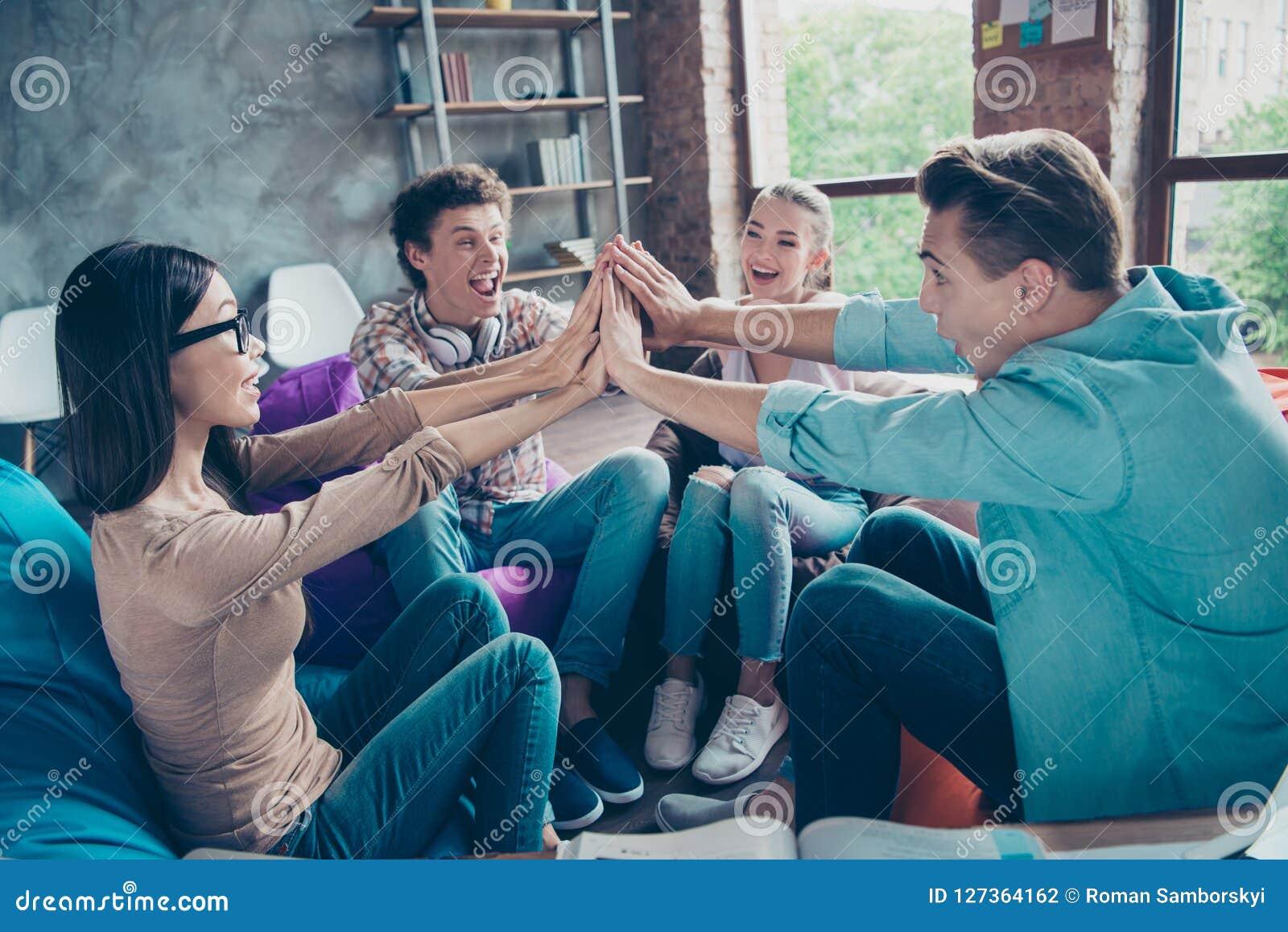 Niesamowicie szczęśliwy, emocjonalny, młodości różnorodności grupy klaśnięcie ich brzęczenia